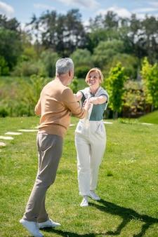 Romantischer gentleman bittet eine frau um einen tanz