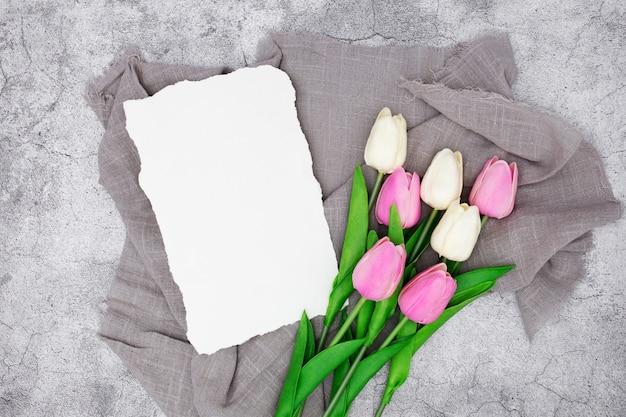 Romantischer gruß mit tulpen auf einem grauen marmor