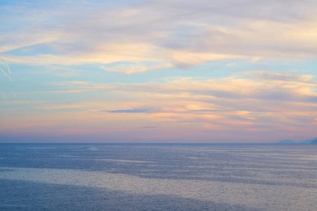 Romantischer himmel und meerblick