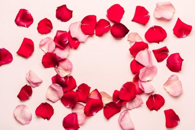 Romantischer hintergrund mit rosenblütenrahmen. valentinstag-konzept.
