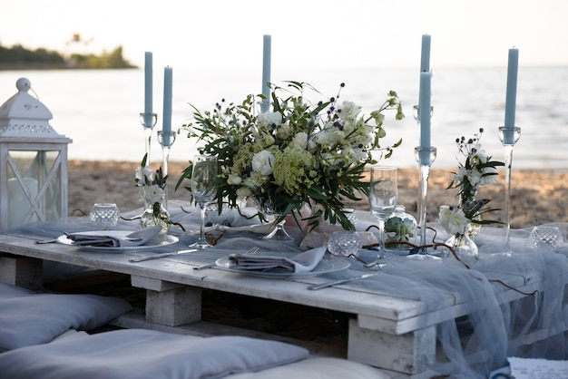 Romantischer hochzeitstisch auf sandy tropical caribbean beach bei sonnenuntergang