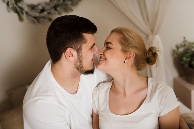 Romantischer junger mann und frau zusammen in der liebe