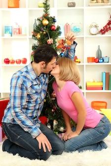 Romantischer kuss unter mistel