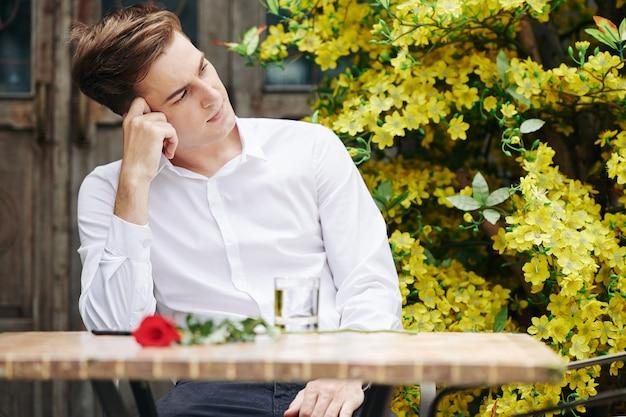 Romantischer mann, der auf freundin wartet