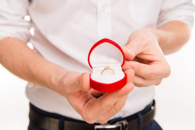 Romantischer mann, der einen heiratsantrag macht