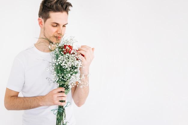Romantischer mann mit blühendem blumenstrauß