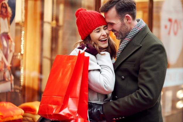 Romantischer moment des paares während des wintereinkaufs