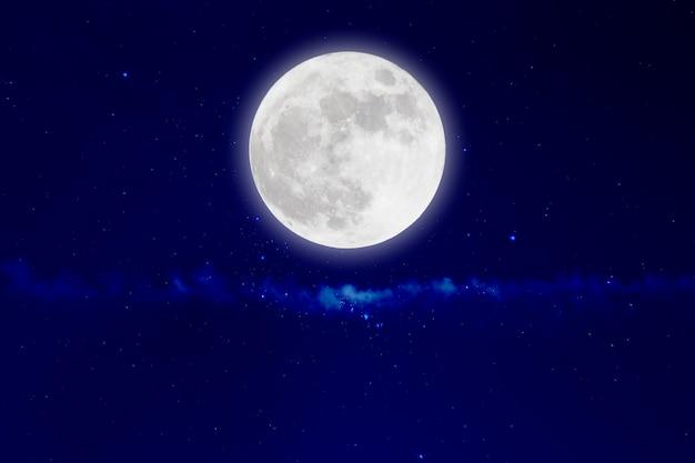 Romantischer mond in der sternenklaren nacht.