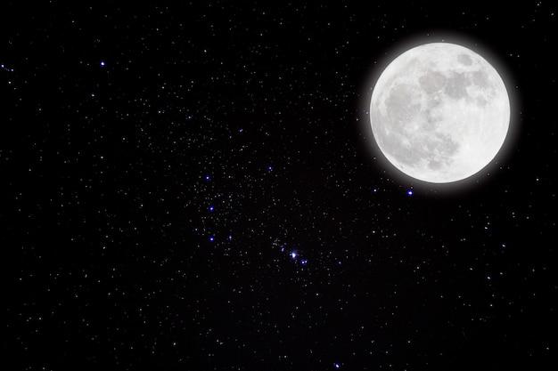 Romantischer mond in der sternenklaren nacht