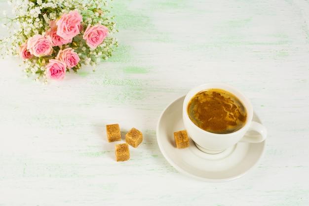 Romantischer morgenkaffee mit rosen