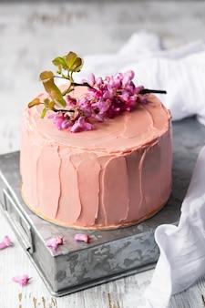 Romantischer rosa kuchen verziert durch blumen, rustikale art für hochzeiten, geburtstage und ereignisse, muttertag