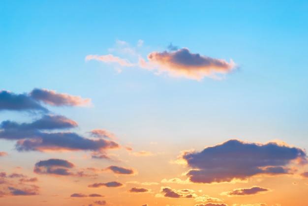 Romantischer sonnenuntergang mit schönen blauen, roten und gelben wolken.