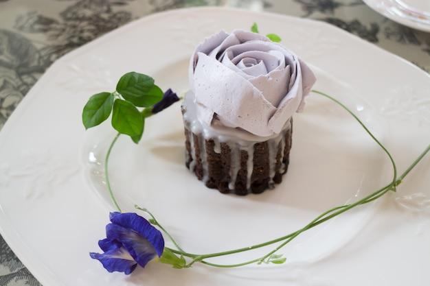 Romantischer violetter rosafarbener selbst gemachter schalenkuchen
