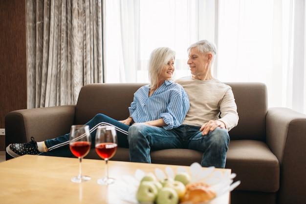Romantisches abendessen des erwachsenen liebespaares zu hause
