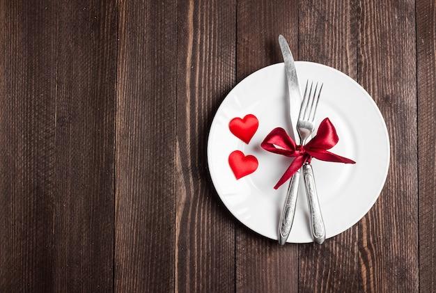 Romantisches abendessen des valentinstaggedecks heiraten mich hochzeit mit plattengabelmesser