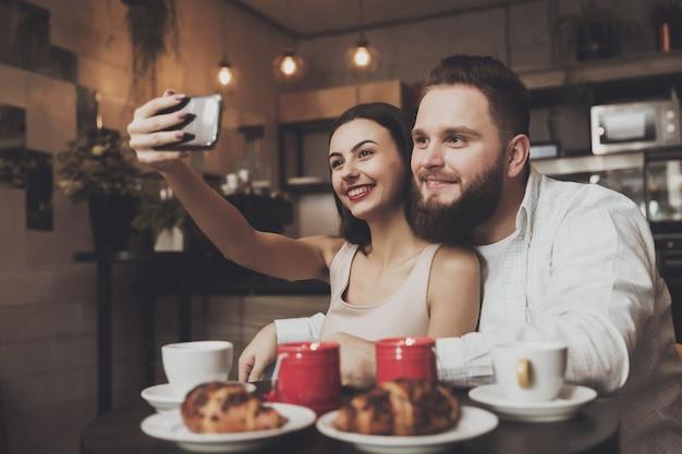 Romantisches abendessen für ein verliebtes paar in einem café