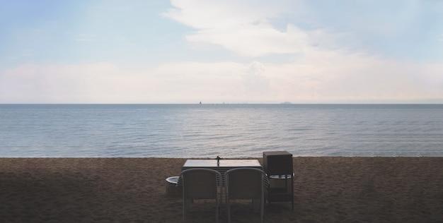 Romantisches abendessen mit wunderschöner aussicht auf den strand im vintage-stil
