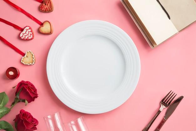 Romantisches abendessen - tabelleneinstellung für valentinstaghintergrund