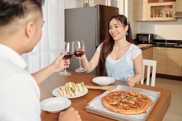 Romantisches abendessen zu hause