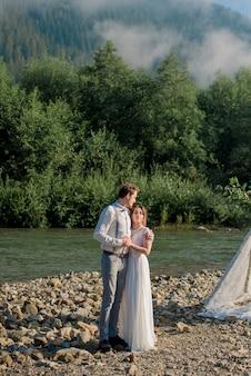 Romantisches brautpaar der jungen hochzeit im weißen kleid