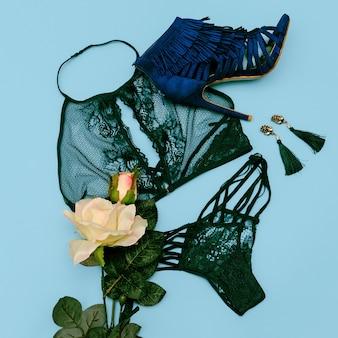 Romantisches date-konzept. spitze sexy unterwäsche und schuhe heels. ansicht von oben