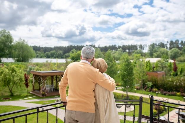 Romantisches ehepaar beim betrachten einer malerischen landschaft