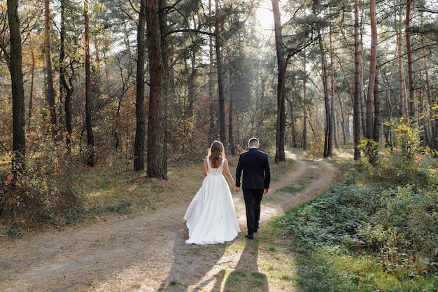 Romantisches foto im märchenwald. schöne frau