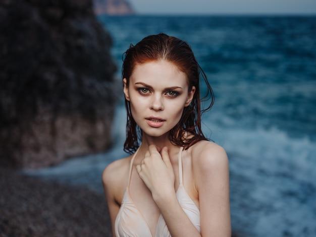 Romantisches frauenporträt schließen naturozean und make-up auf gesicht.