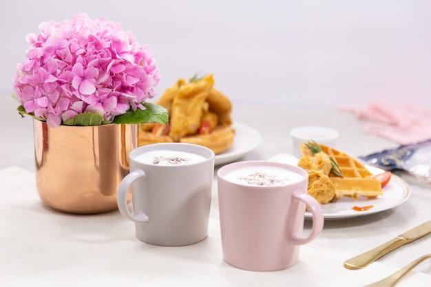 Romantisches frühstück für ihren lieblingsgeschmack von aromatischem kaffee und waffeln., ein bouquet von pink