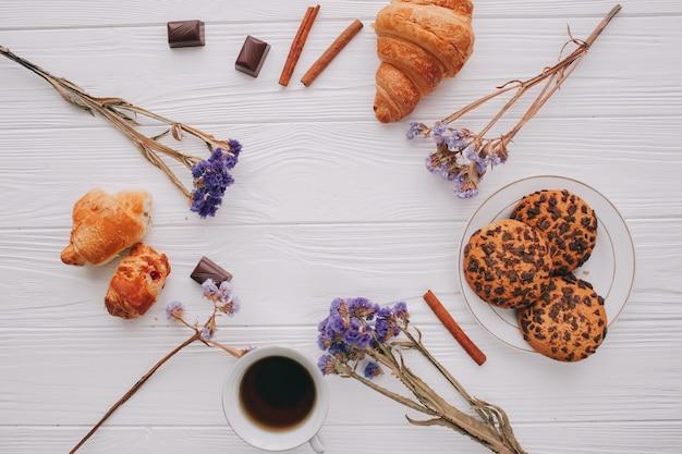 Romantisches frühstück mit croisant und früchten