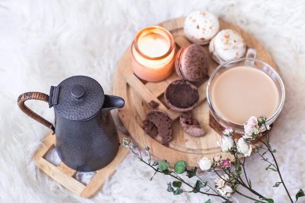 Romantisches frühstück mit einer tasse heißem getränk und einer teekanne