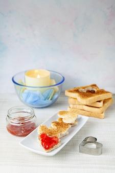 Romantisches frühstück mit kerze
