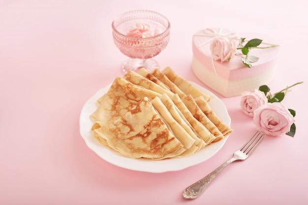 Romantisches frühstück zum valentinstag oder zum muttertag