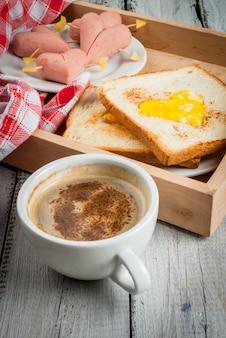 Romantisches frühstück zum valentinstag