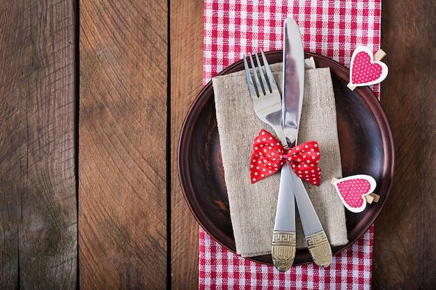 Romantisches gedeck zum valentinstag im rustikalen stil. ansicht von oben