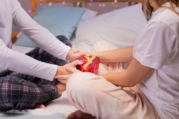 Romantisches geschenk in männlichen händen