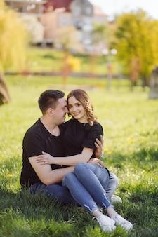 Romantisches junges paar haben eine lustige tür.