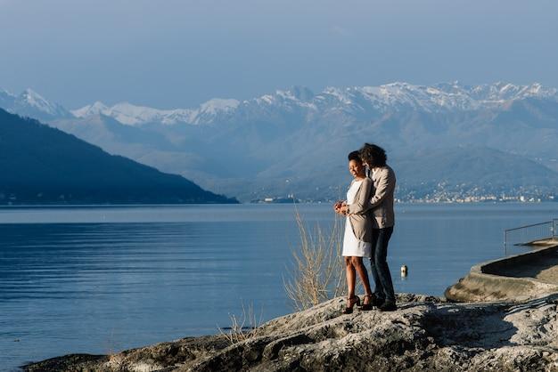 Romantisches junges schönes paar, das zeit zusammen genießt