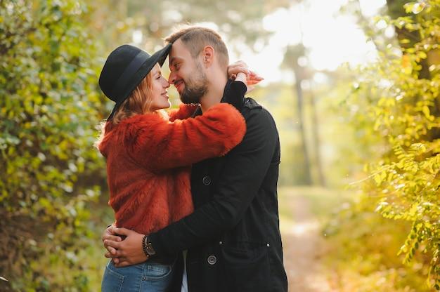 Romantisches junges verliebtes paar, das draußen im park entspannt