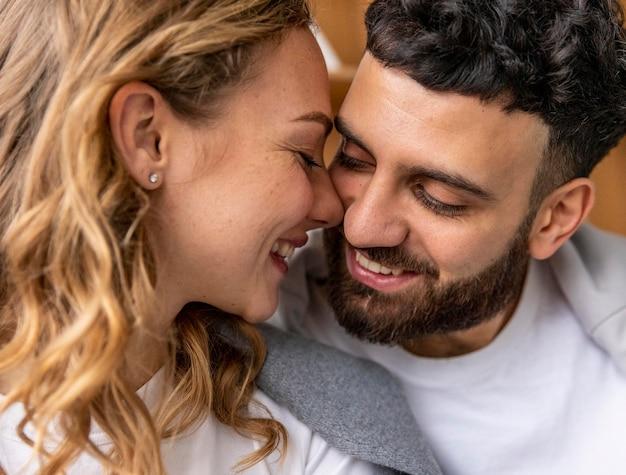 Romantisches küssen auf dem sofa zu hause