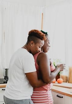 Romantisches lesbisches paar in der küche
