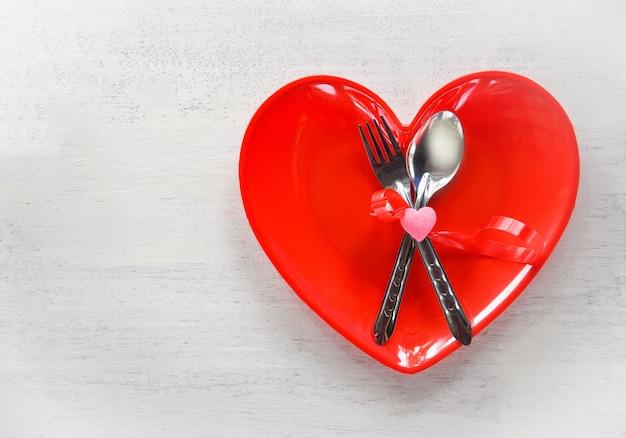 Romantisches liebesessen des valentinsgrußessens, das romantische tabelleneinstellung kocht