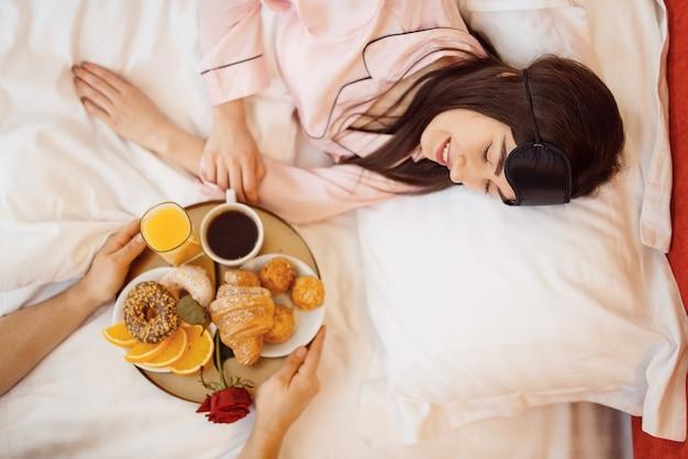 Romantisches liebespaar, frühstück und rose im bett zu hause, guten morgen, fürsorglicher ehemann. harmonische beziehung in der jungen familie