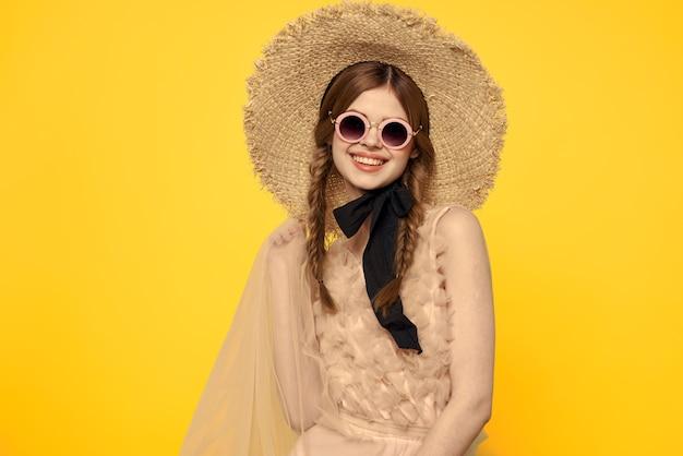 Romantisches mädchen in strohhut sonnenbrille modell kleid emotionen.