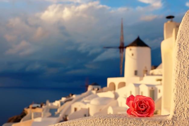 Romantisches oia-dorf in santorini-insel, griechenland