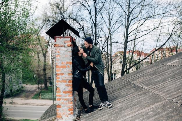 Romantisches paar auf dem dach zu flirten Kostenlose Fotos