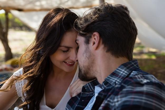 Romantisches paar außerhalb des zeltes