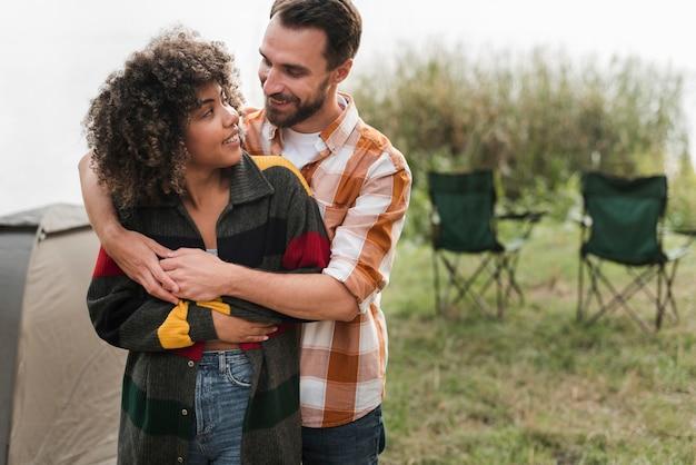 Romantisches paar, das draußen umarmt