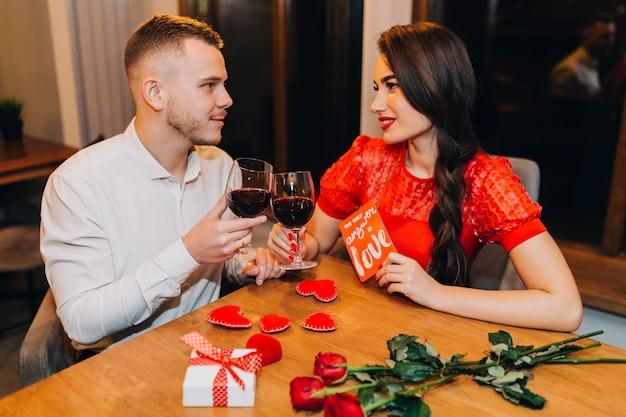 Romantisches paar, das ereignis im café feiert