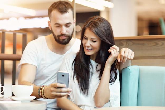 Romantisches paar, das im café verabredet und selfie macht Premium Fotos
